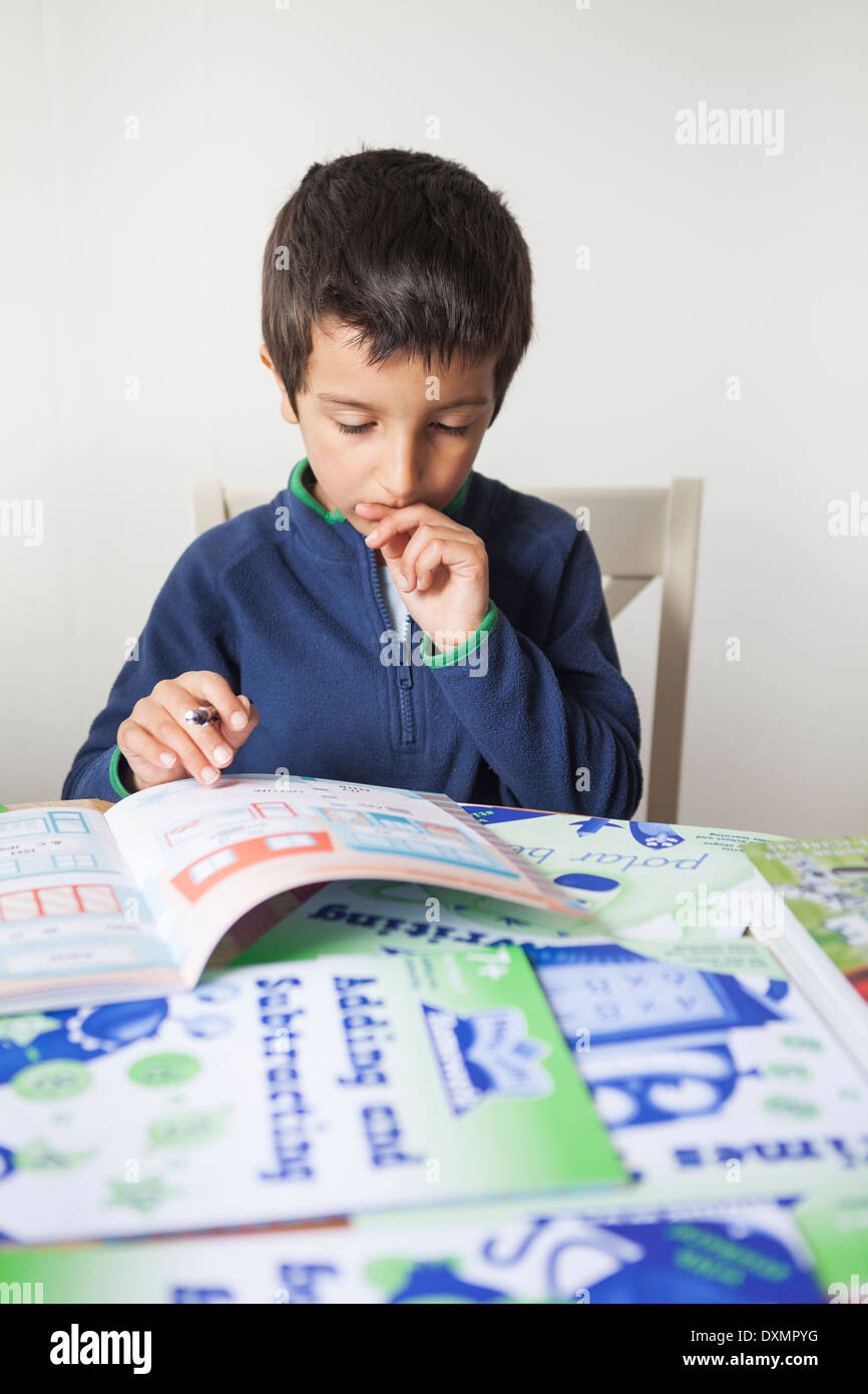 Joven colegial-6-7 años aprendiendo en casa Imagen De Stock