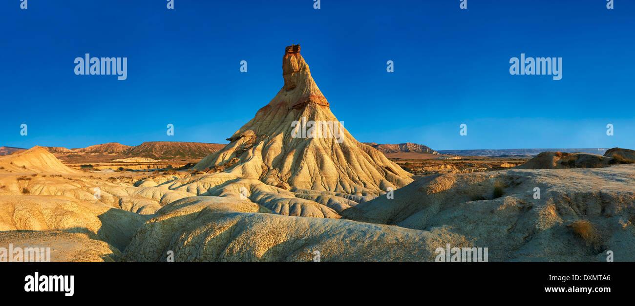 Castildeterra formación rocosa en la Bardena Blanca, zona del Parque Natural de las Bardenas Riales, Navarra, España Foto de stock