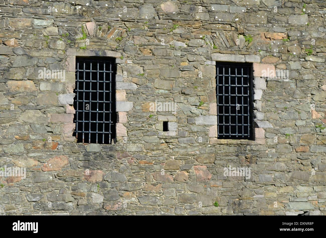 Antiguo castillo de ventanas con marcos de acero Foto & Imagen De ...