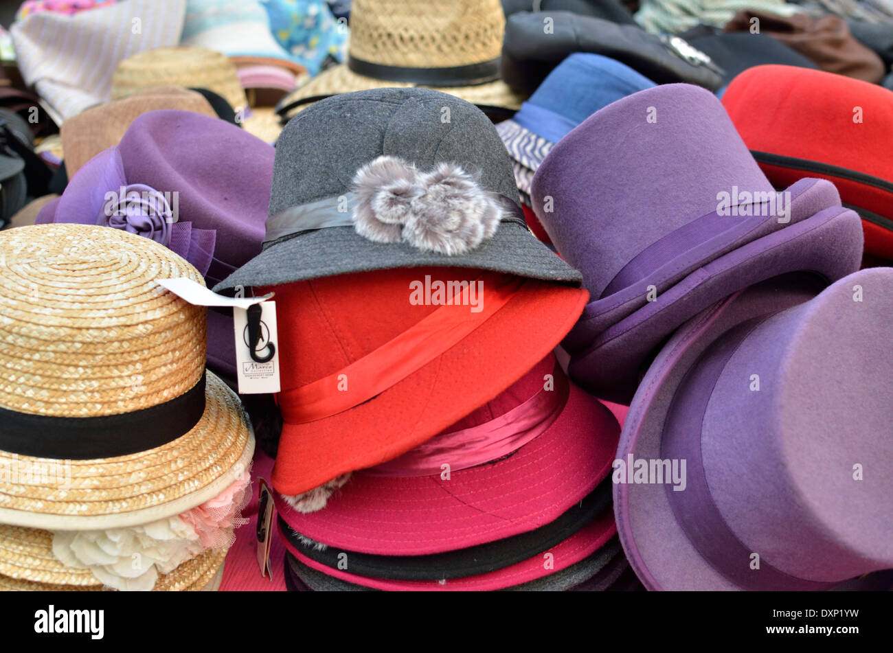 Alta clase inteligente de hombres y mujeres de sombreros en la pantalla de  un puesto en 76b679e9815