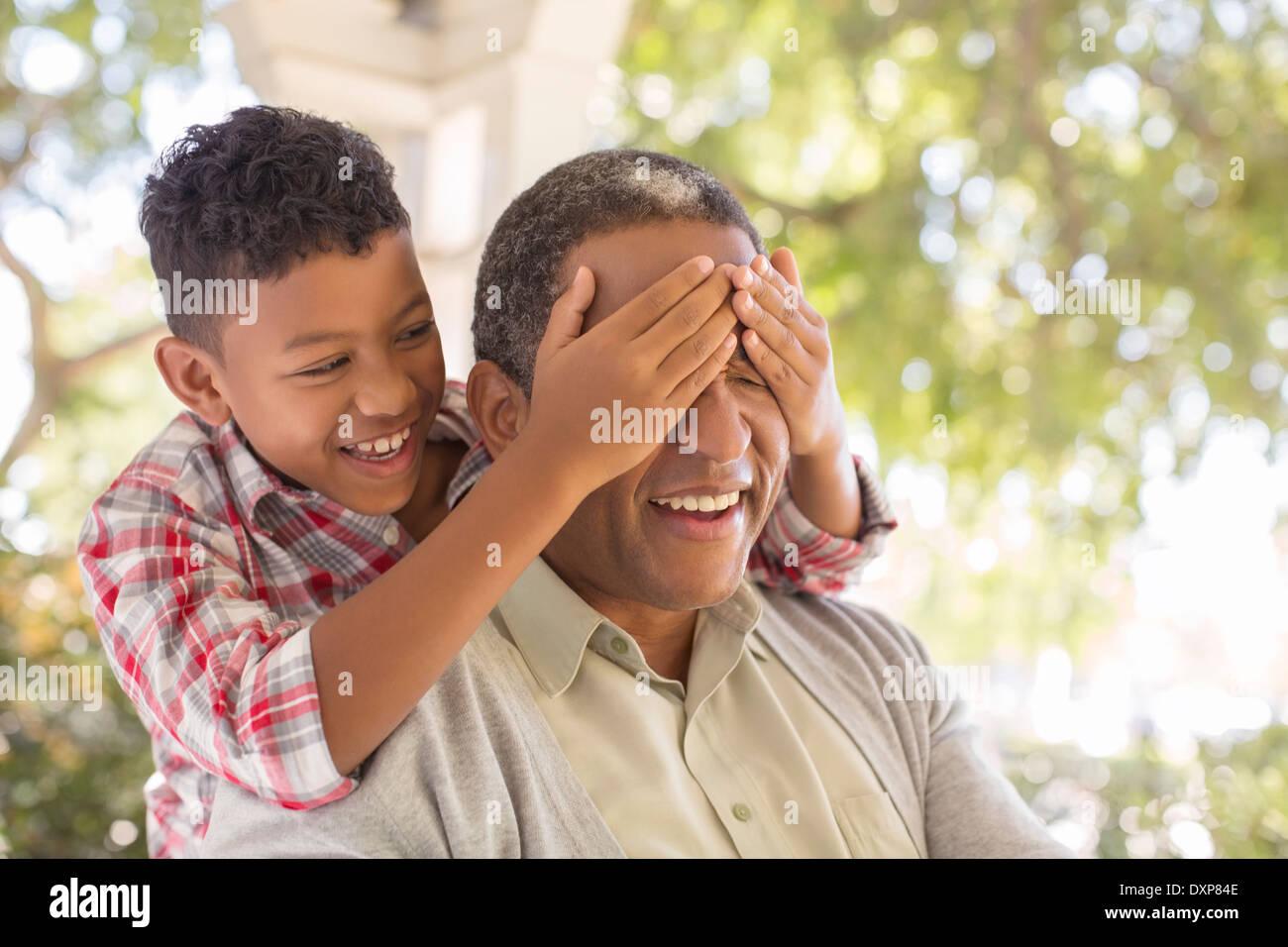 Nieto sorprendente abuelo en el porche Imagen De Stock