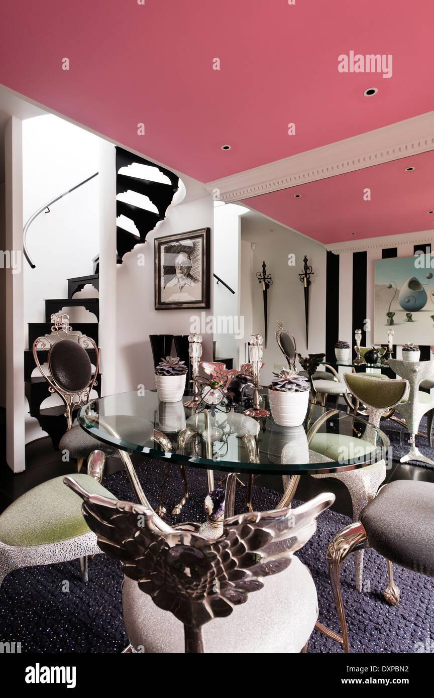 Techo rosa comedor con mesa y sillas por Mark Brazier-Jones y rug por Nicholas Haslam Imagen De Stock