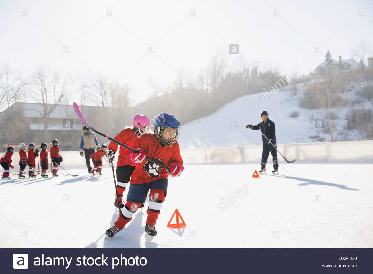 Formación de jugadores de hockey sobre hielo en una pista de patinaje al aire libre Imagen De Stock
