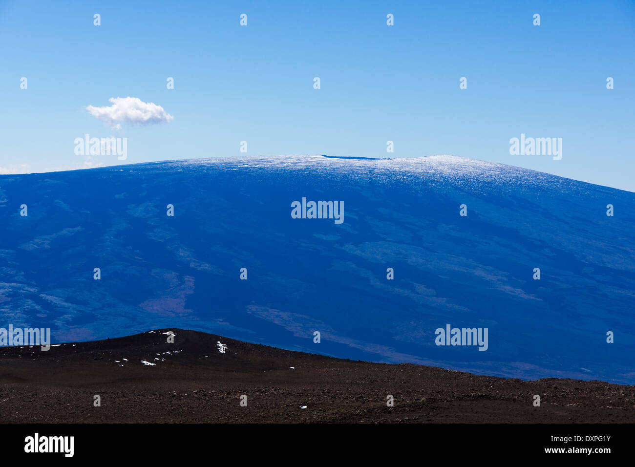 Volcán Mauna Loa, vistos desde la cumbre de Mauna Kea. Isla Grande de Hawaii. Foto de stock