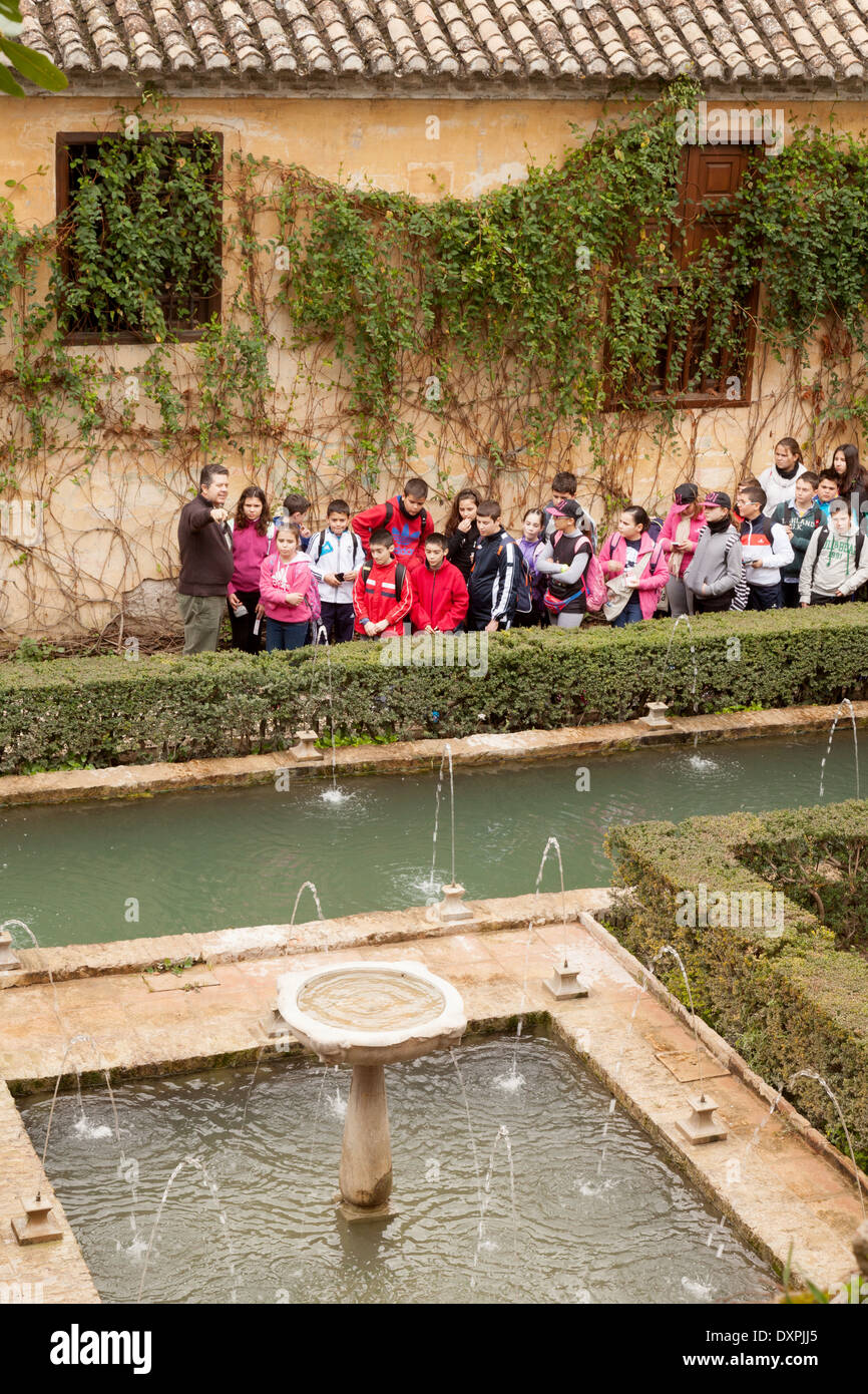 Los niños en un viaje escolar al Palacio de la Alhambra, Granada, Andalucia España Europa Imagen De Stock