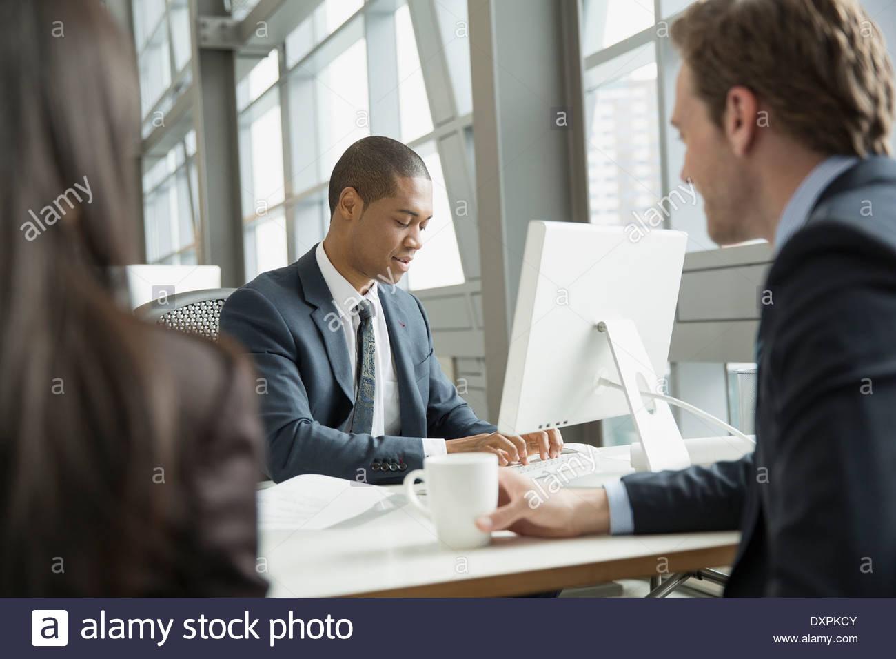 Los empresarios reunidos en equipo en Office Imagen De Stock