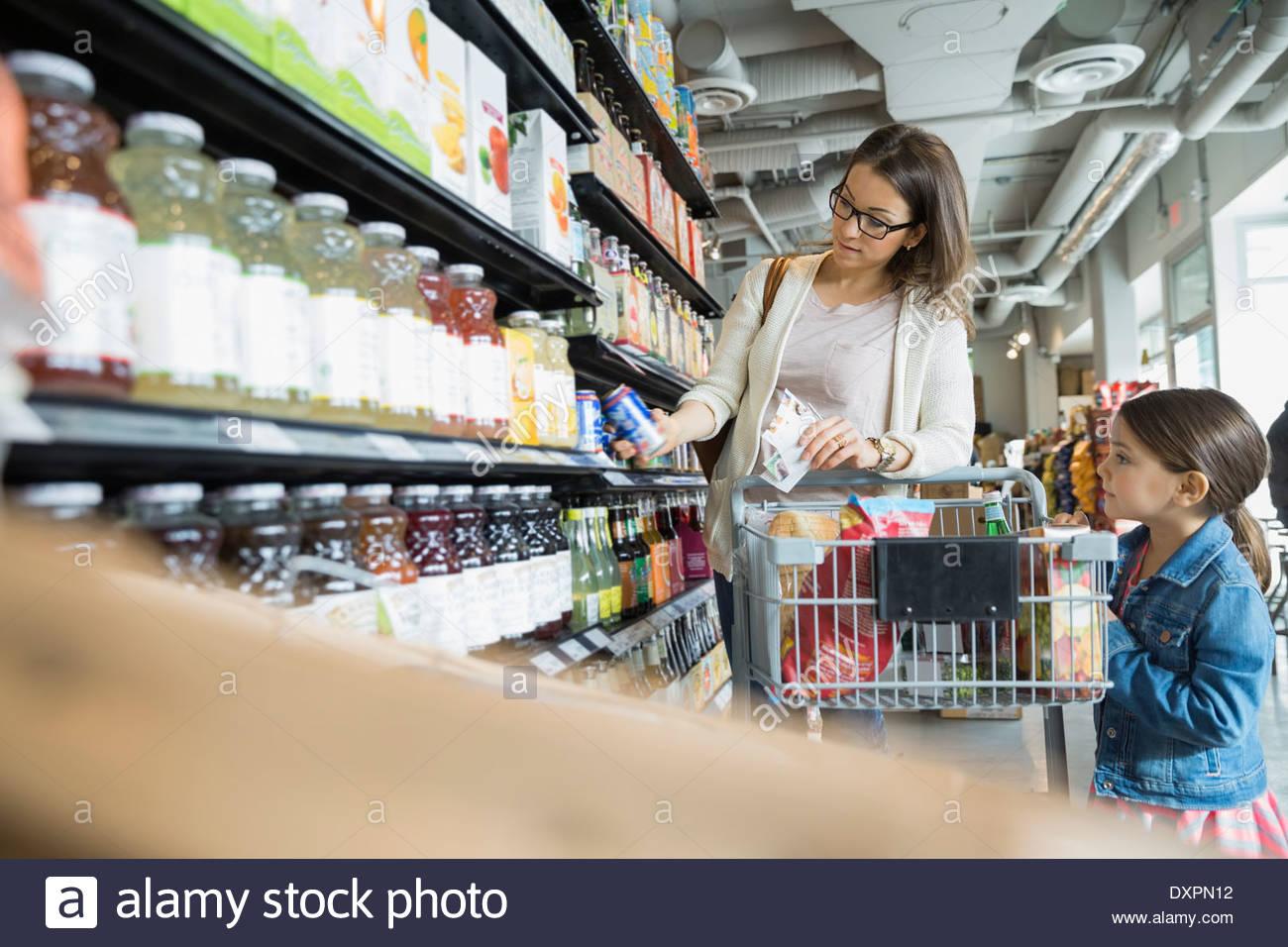 Madre e hija de compras en el mercado Imagen De Stock