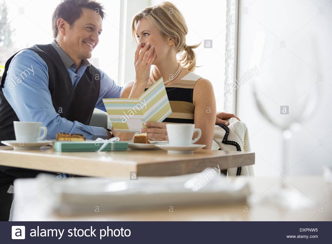 Hombre Mujer sorprendente con la tarjeta en el bistro tabla Imagen De Stock