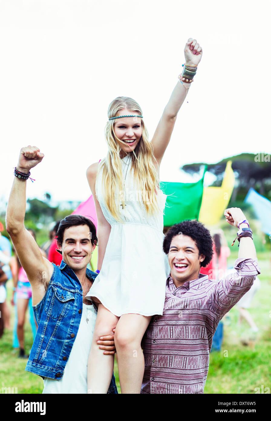 Retrato de mujer a hombres que llevaban music festival Foto de stock