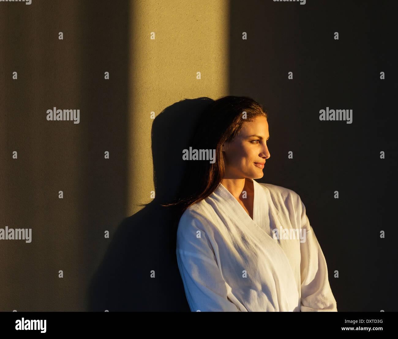 Mujer pensativa en albornoz Imagen De Stock