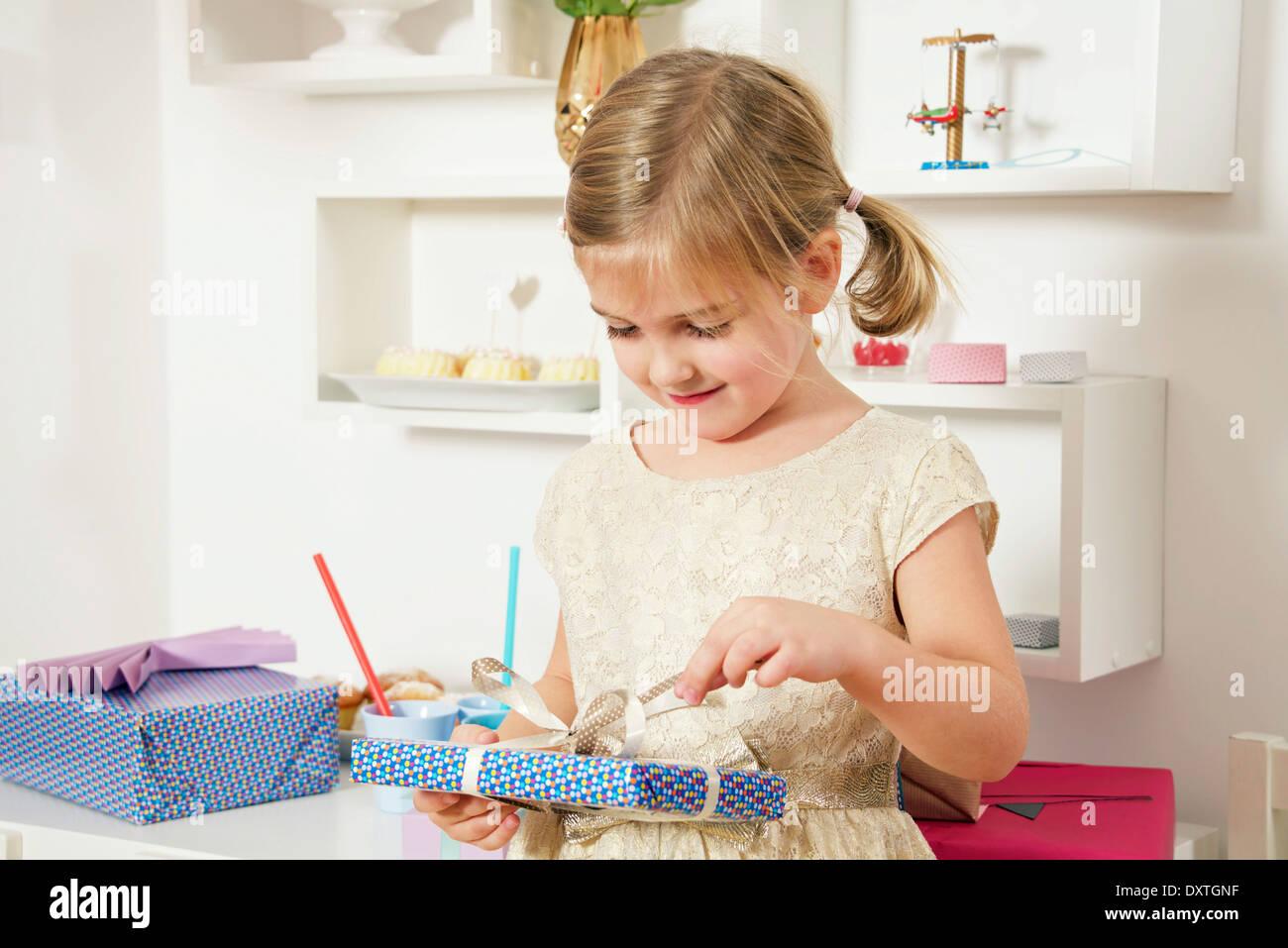 Chica de cumpleaños desenvolver presente, Munich, Baviera, Alemania Imagen De Stock