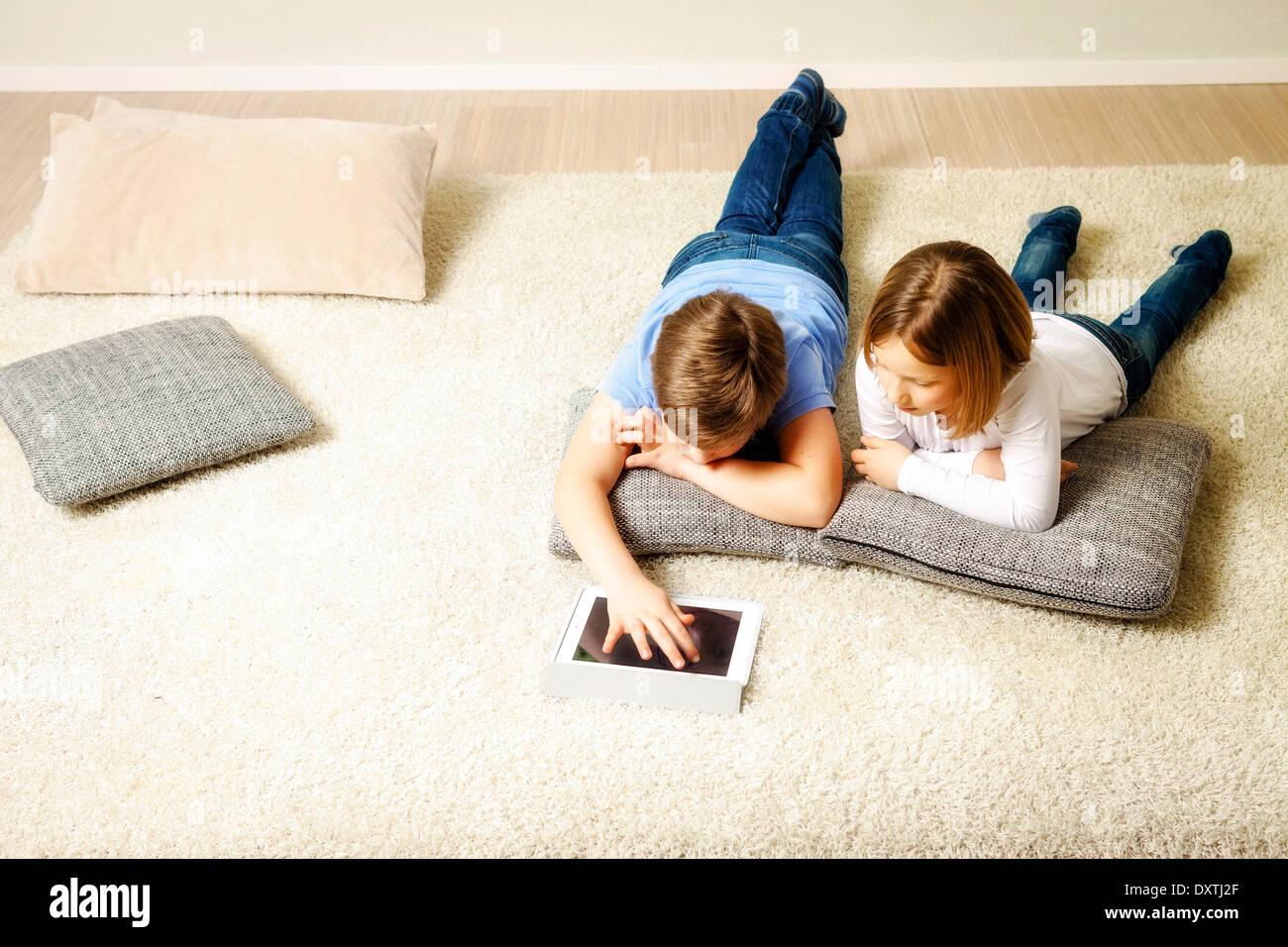 Los niños con tablet PC en su casa, en Múnich, Baviera, Alemania Imagen De Stock