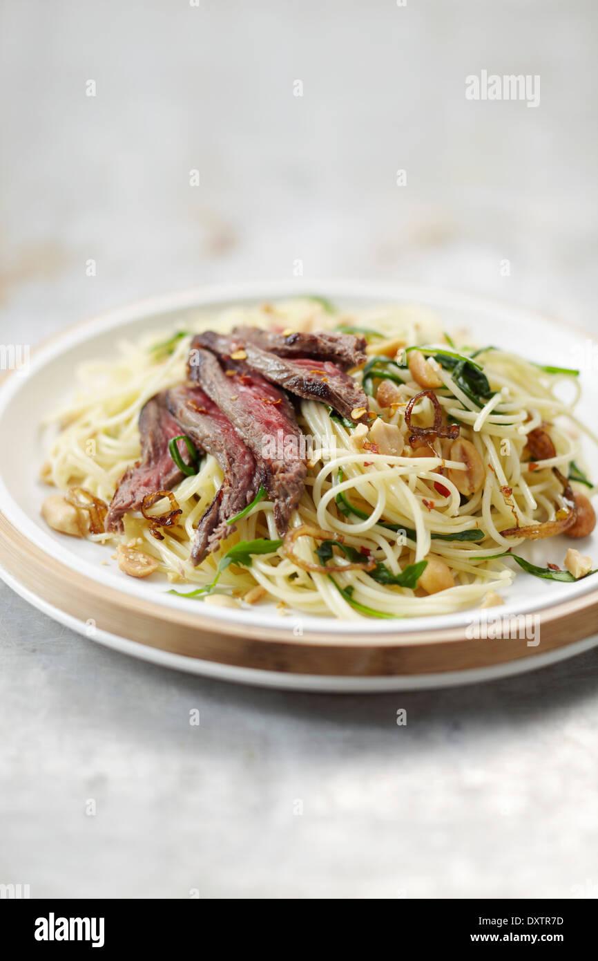 Espaguetis salteado con carne y maní Foto de stock