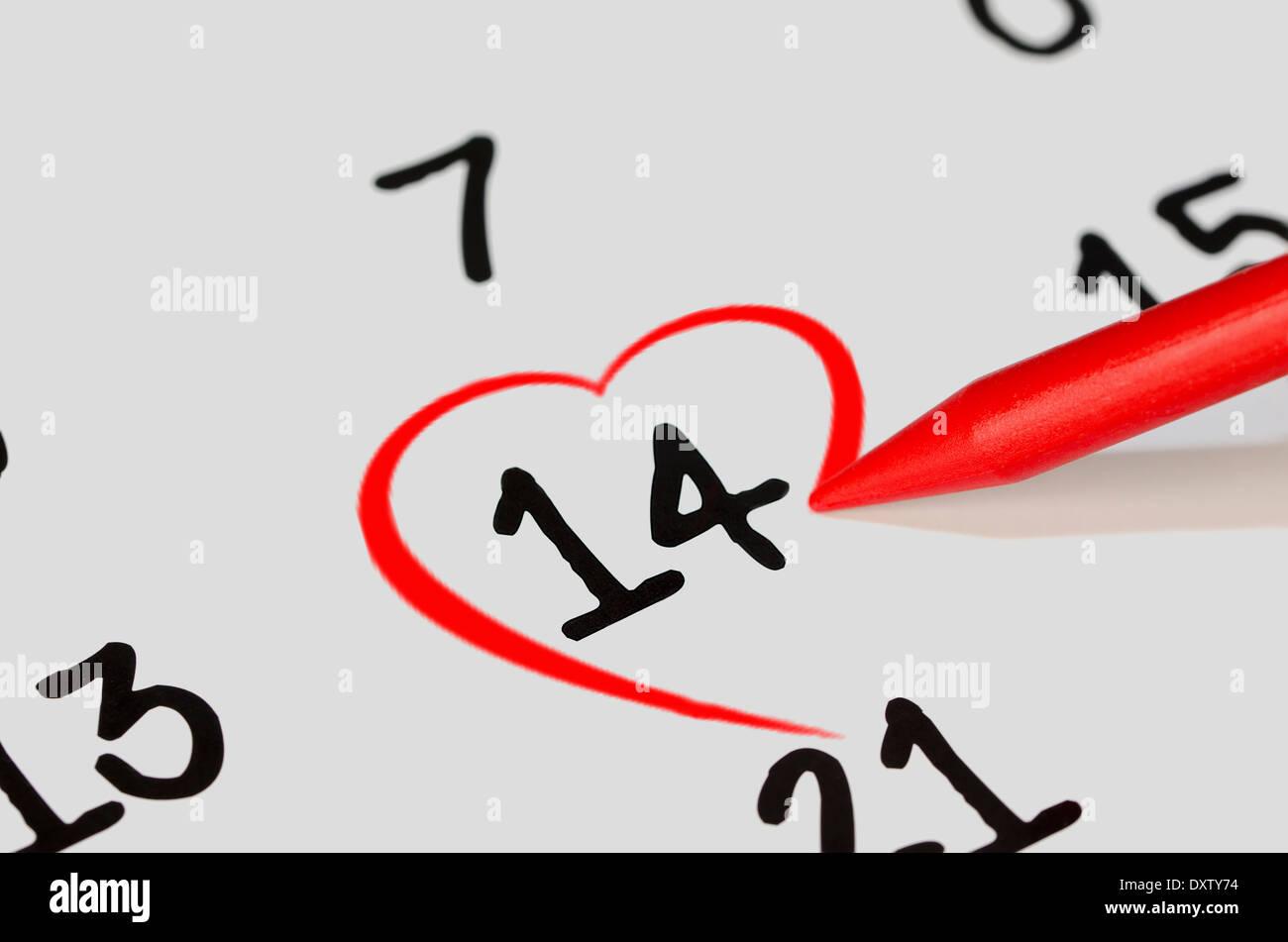El 14 De Febrero Con Un Lápiz Rojo Dibujar Un Corazón Foto Imagen
