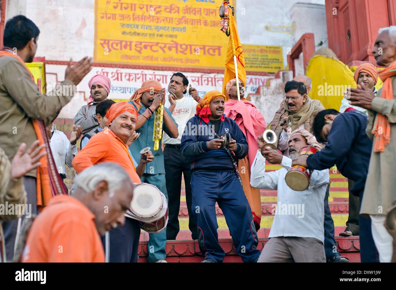 Los devotos cantando y tocando en Dashashwamedh ghat , Varanasi, India Imagen De Stock