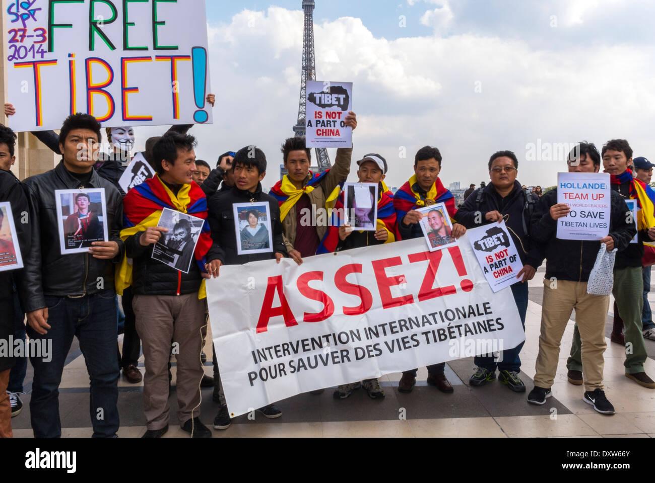 """El Tibetano, taiwaneses comunidades étnicas de Francia, y sus amigos llamados para movilizar a los ciudadanos franceses durante la visita del presidente chino en París, la multitud mantiene signos de protesta """"Tíbet libre"""" suficiente Foto de stock"""