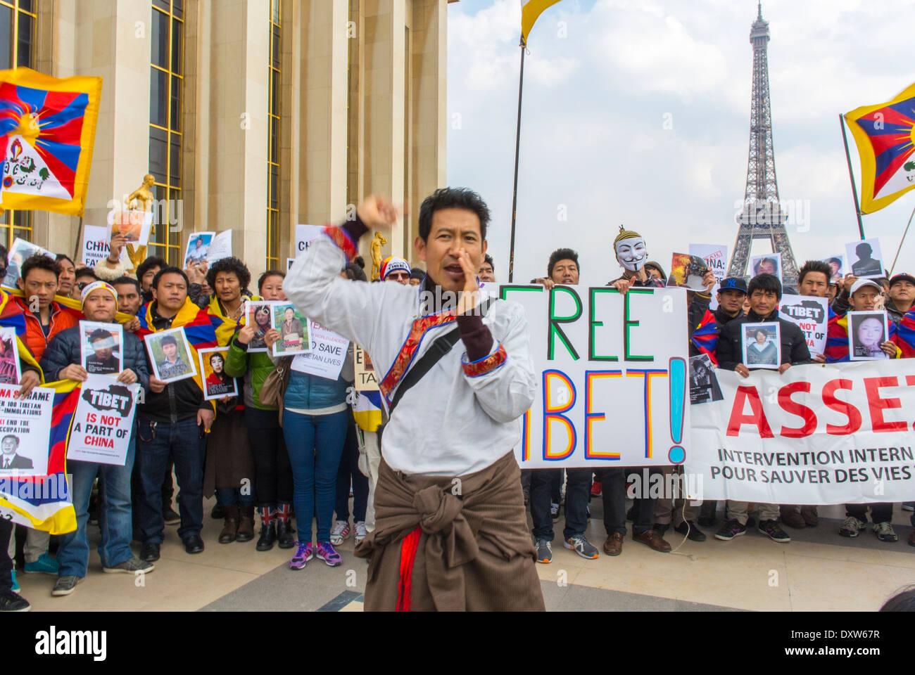 El Tibetano, taiwaneses comunidades étnicas de Francia, y sus amigos llamados para movilizar a los ciudadanos franceses durante la visita del presidente chino en París, sosteniendo carteles de protesta, protestas por los derechos de los ciudadanos Foto de stock