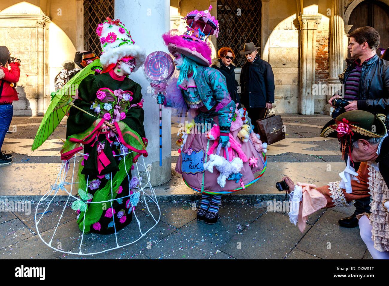 Los juerguistas de carnaval, la Plaza de San Marcos, el Carnaval de Venecia, Venecia, Italia Imagen De Stock