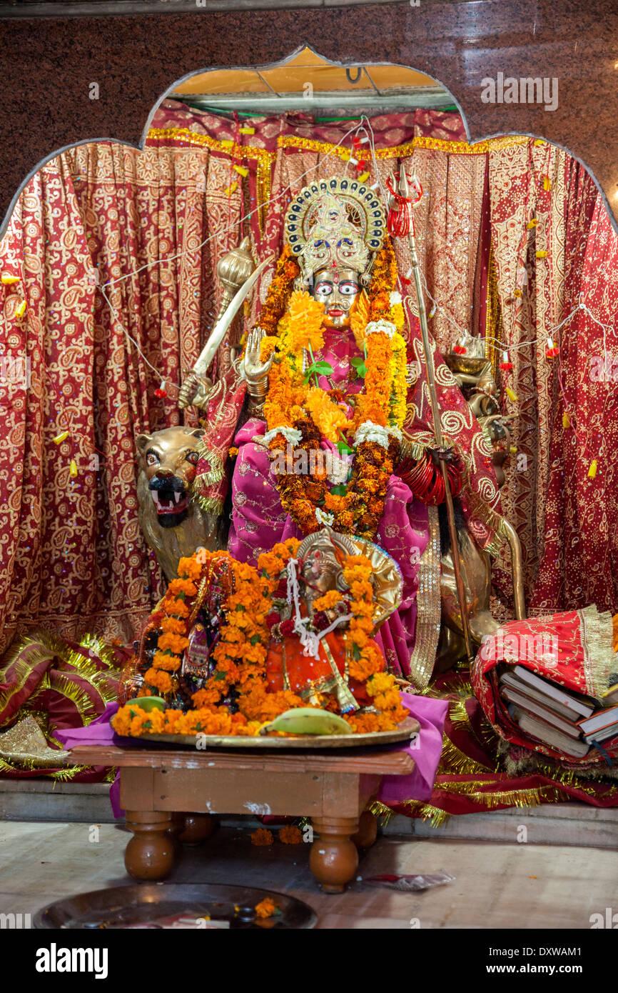 Dehradun, India. Santuario de la diosa Durga Maa, montando un tigre, armados para destruir a los demonios. Tapkeshwar Templo Hindú. Imagen De Stock