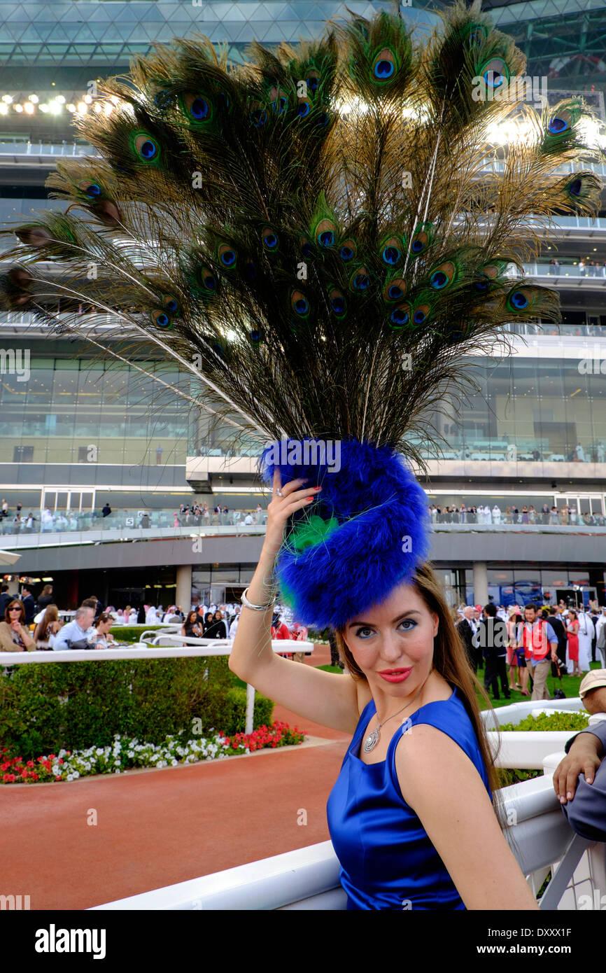 Moda Mujer con sombrero grande en Dubai World Cup campeonato de carreras de caballos en el hipódromo de Meydan, en Dubai, Emiratos Árabes Unidos Imagen De Stock