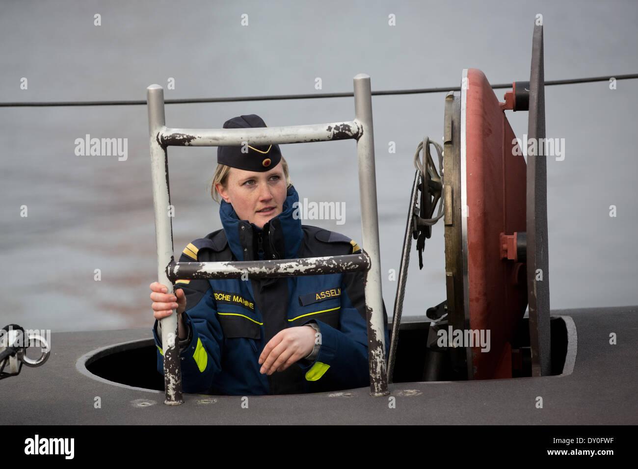 Eckernfoerde, Alemania. 02Nd Abr, 2014. El Teniente Janine Asseln va a bordo del submarino U-32 en el puerto de la Base Naval en Eckernfoerde, Alemania, 02 de abril de 2014. Los 27 años de edad es Alemania la primera mujer oficial del reloj a bordo de un submarino, y ha sido miembro de la tripulación de Delta submarineros desde enero de 2014. Foto: Christian Charisius/dpa/Alamy Live News Imagen De Stock
