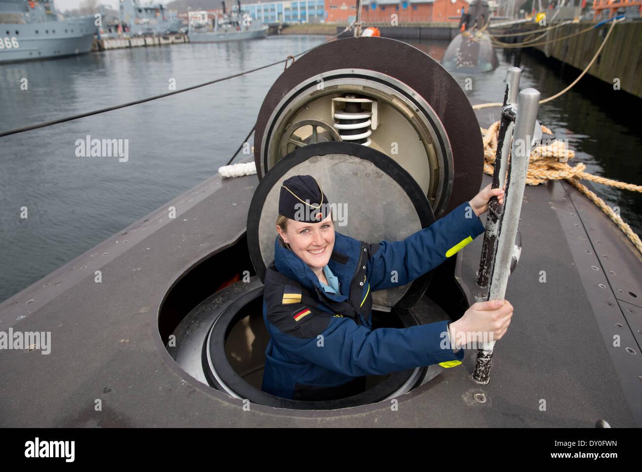 Eckernfoerde, Alemania. 02Nd Abr, 2014. El Teniente Janine Asseln juntas el submarino U-32 en el puerto de la Base Naval en Eckernfoerde, Alemania, 02 de abril de 2014. Los 27 años de edad es Alemania la primera mujer oficial del reloj a bordo de un submarino, y ha sido miembro de la tripulación de Delta submarineros desde enero de 2014. Foto: Christian Charisius/dpa/Alamy Live News Imagen De Stock