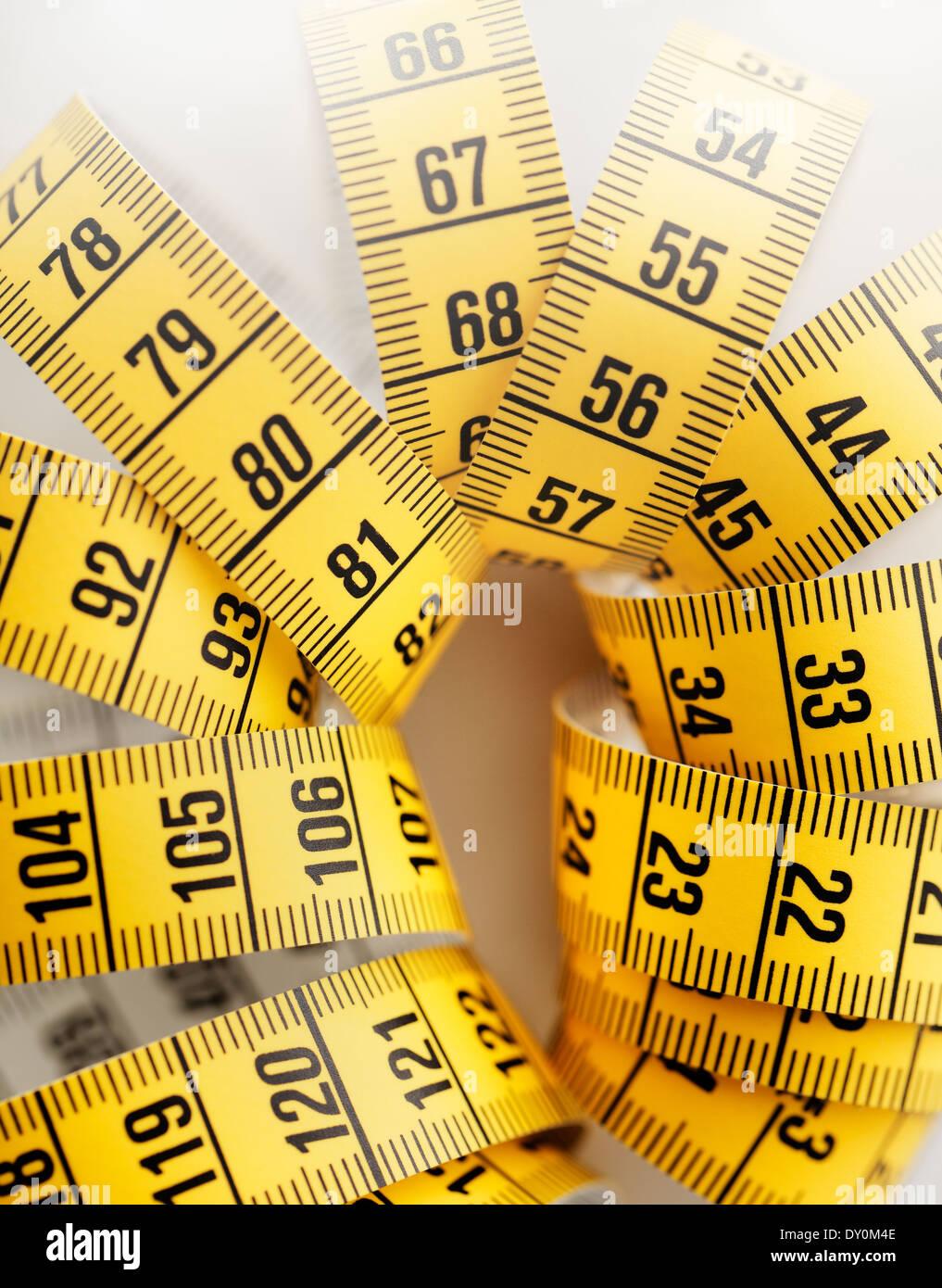 Medir la cinta métrica de color amarillo. Poca profundidad de campo. Imagen De Stock