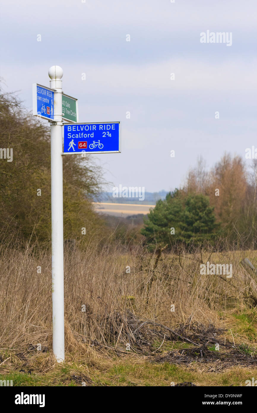 Azul y blanco de la red nacional británica ciclo ruta en el Valle de Belvoir Leicestershire Foto de stock