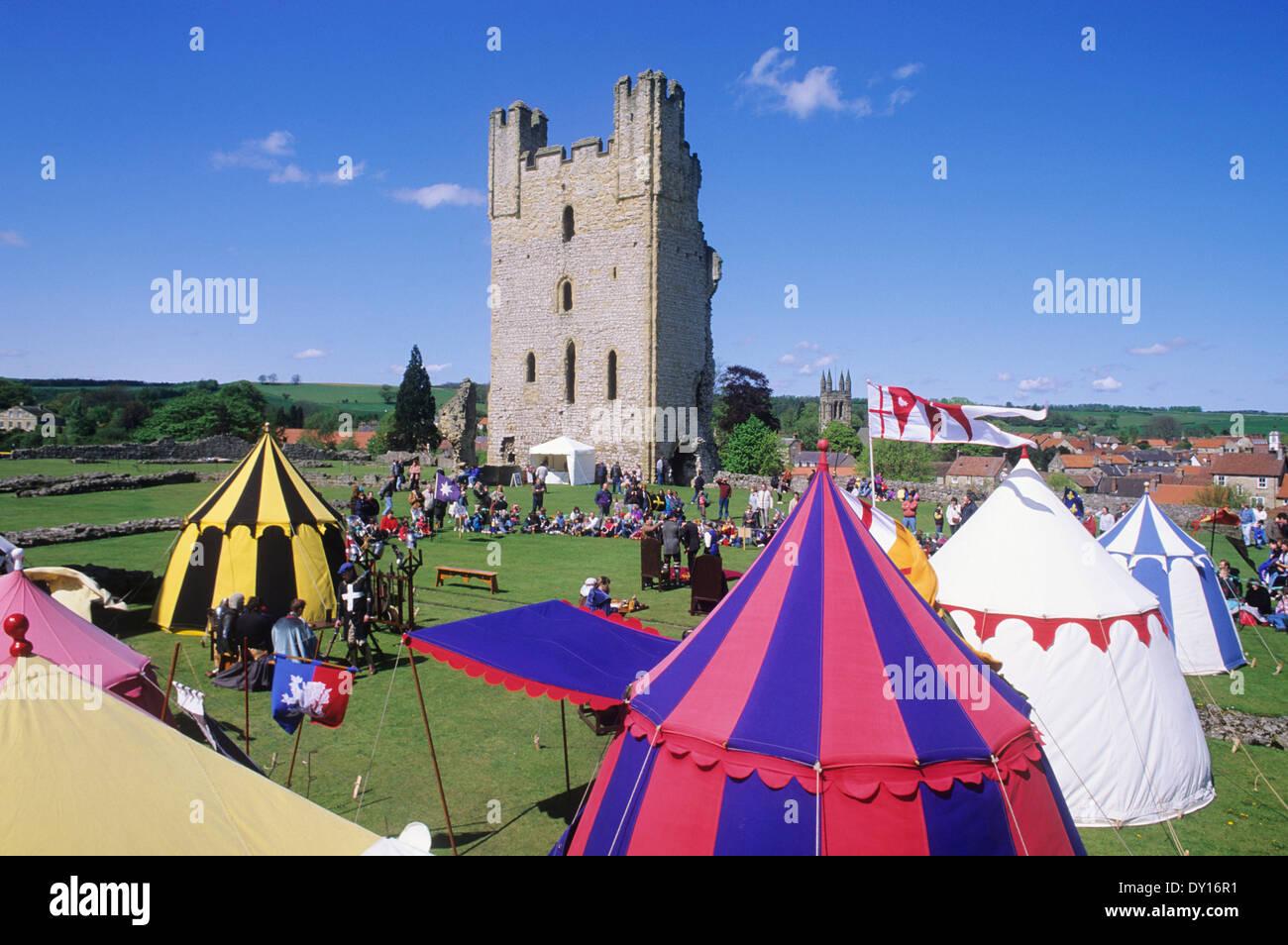 El Helmsley castillo medieval, la recreación histórica, acuartelamiento Yorkshire, Inglaterra Imagen De Stock