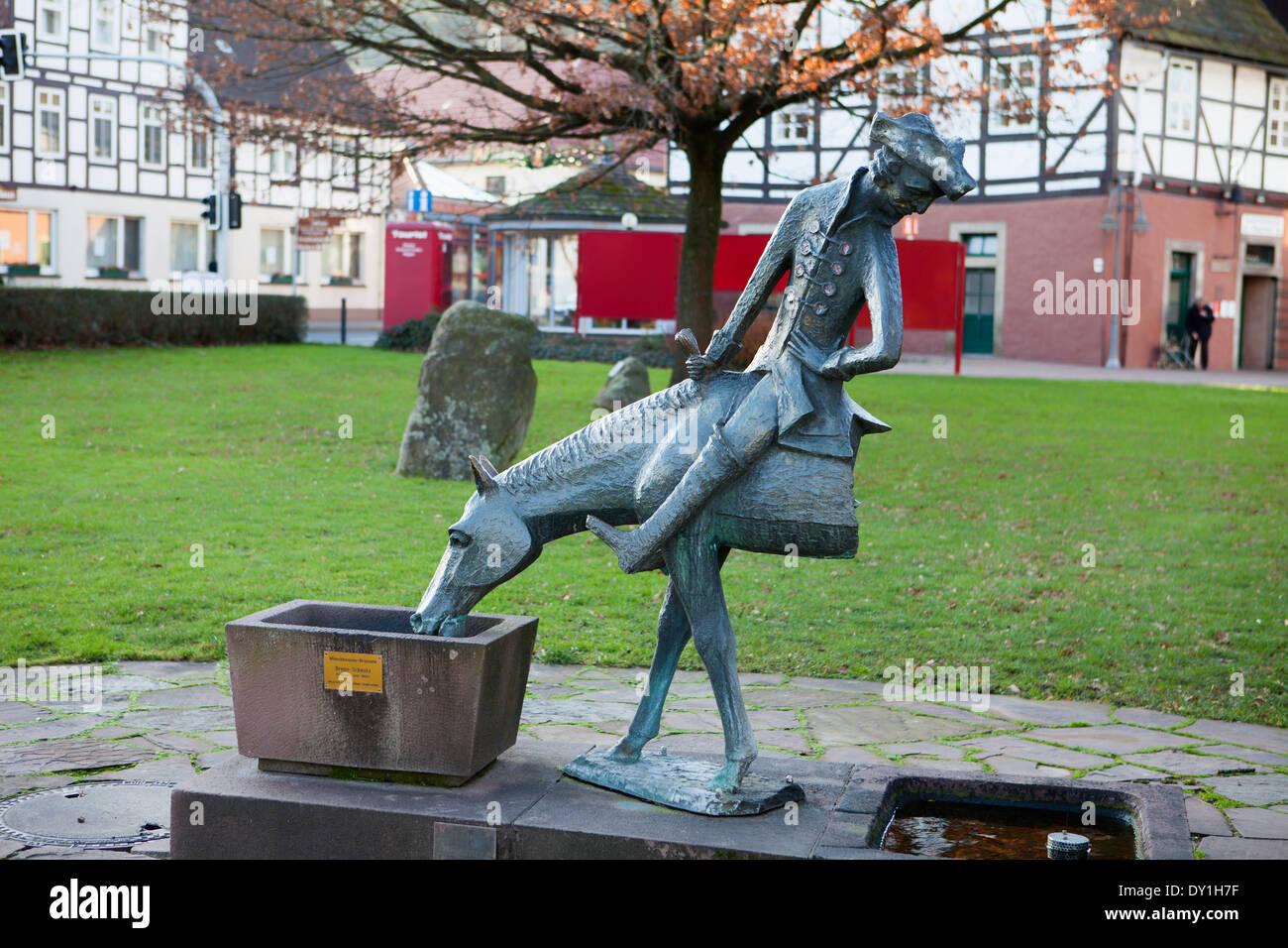 Baron Muenchhausen escultura, Bodenwerder, Weserbergland, Baja Sajonia, Alemania Foto de stock