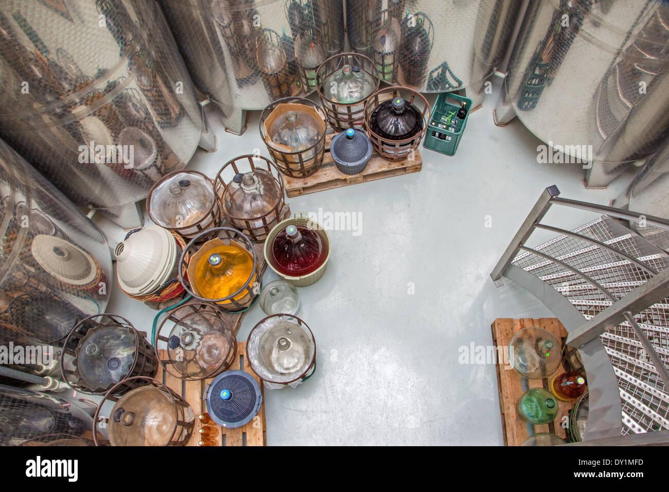 La fabricación de vino para interiores de gran productor eslovaco 'MRVA y Stanko'. Barrica grande moderno para la fermentación y los matraces Imagen De Stock
