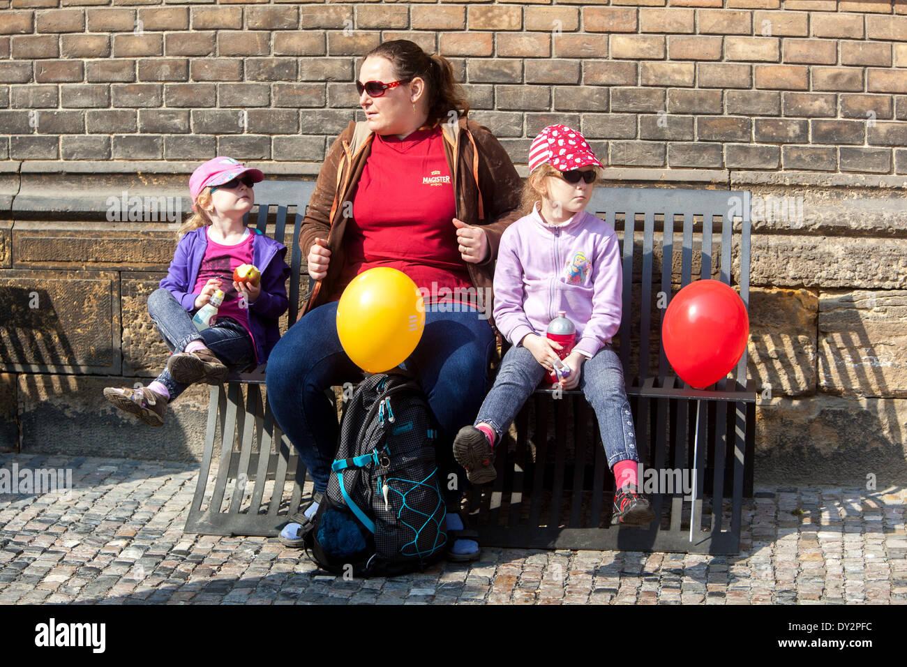 Madre con hijas en viaje Praga República Checa Imagen De Stock