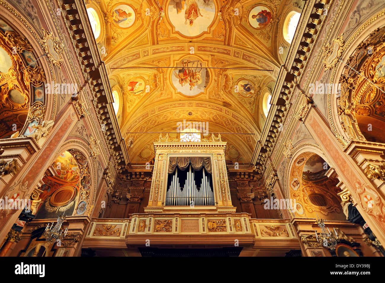 Órgano y fragmento de techo ornamentado como parte del interior de la iglesia católica en Italia. Imagen De Stock