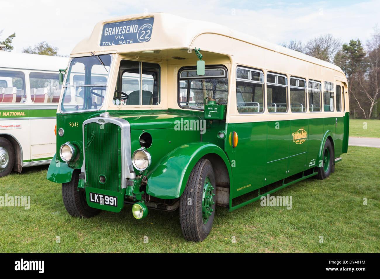 Vintage de autobús en la visualización de vehículos del patrimonio Imagen De Stock