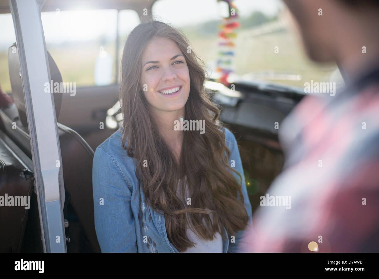Mujer joven con largo pelo castaño, sonriendo Foto de stock