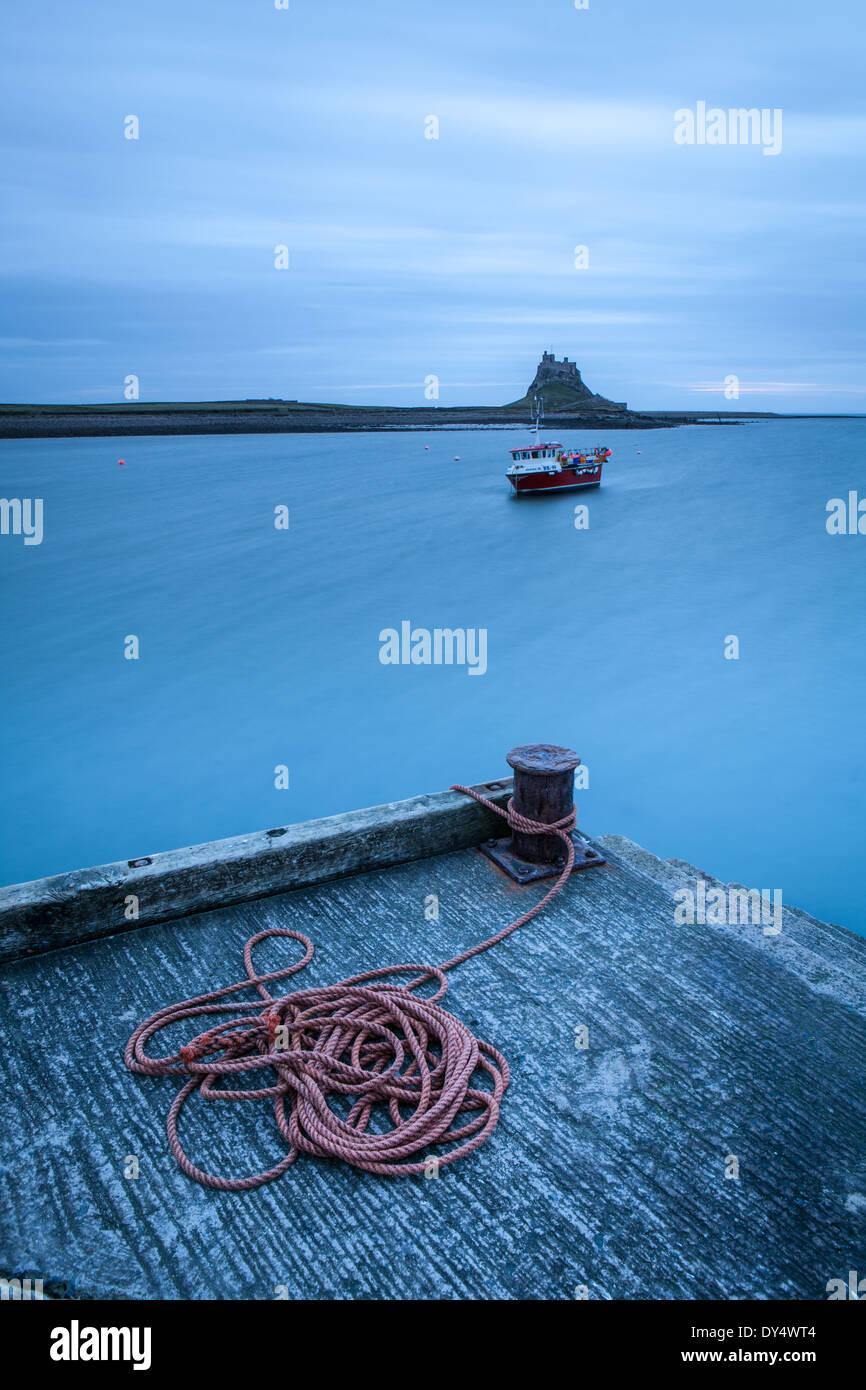 Cuerda y Castillo en la Isla Sagrada (Lindisfarne) Temprano en la mañana, Inglaterra Imagen De Stock