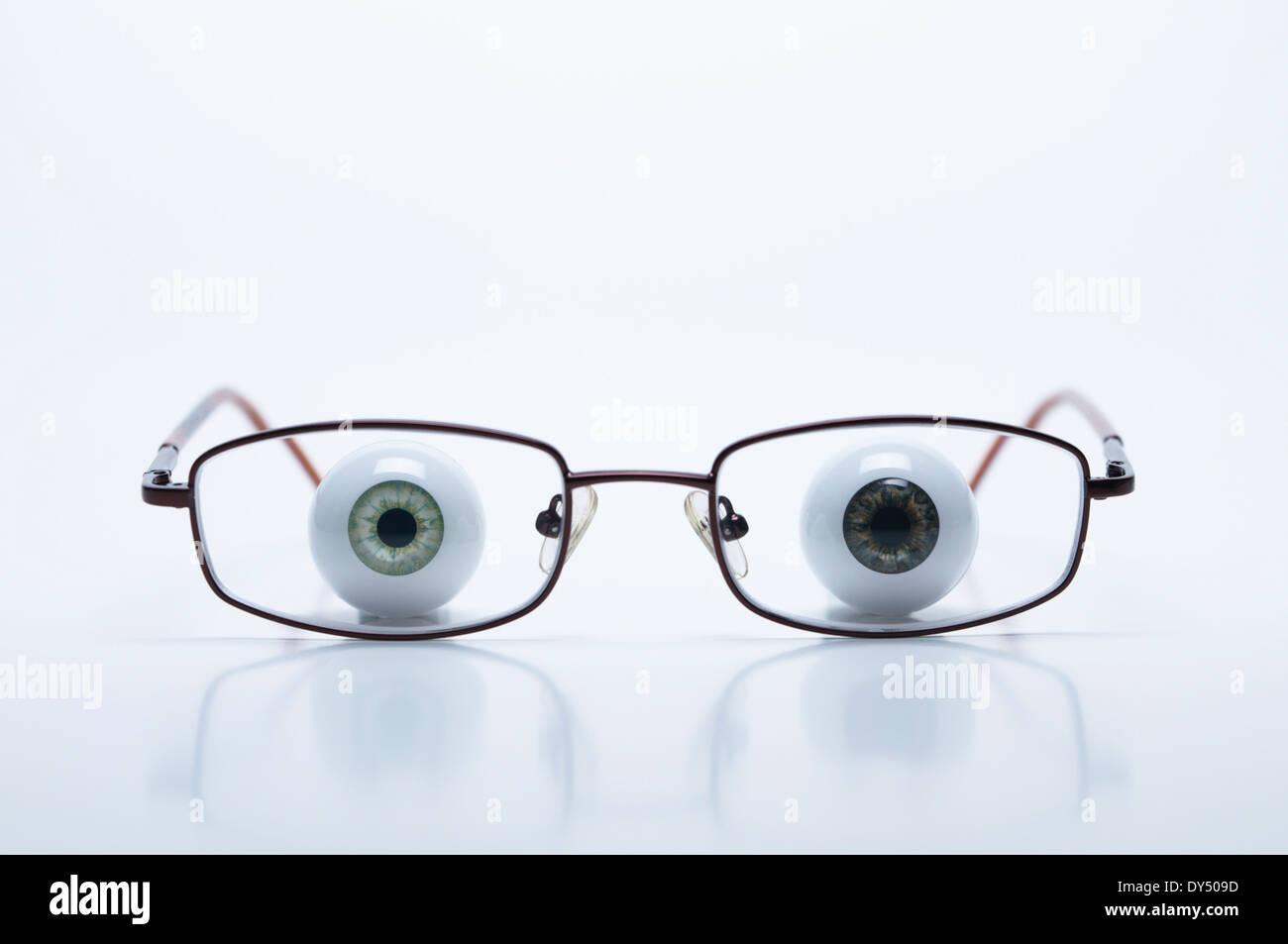 Modelo ojos detrás de gafas con lentes miopes (negativo) Imagen De Stock