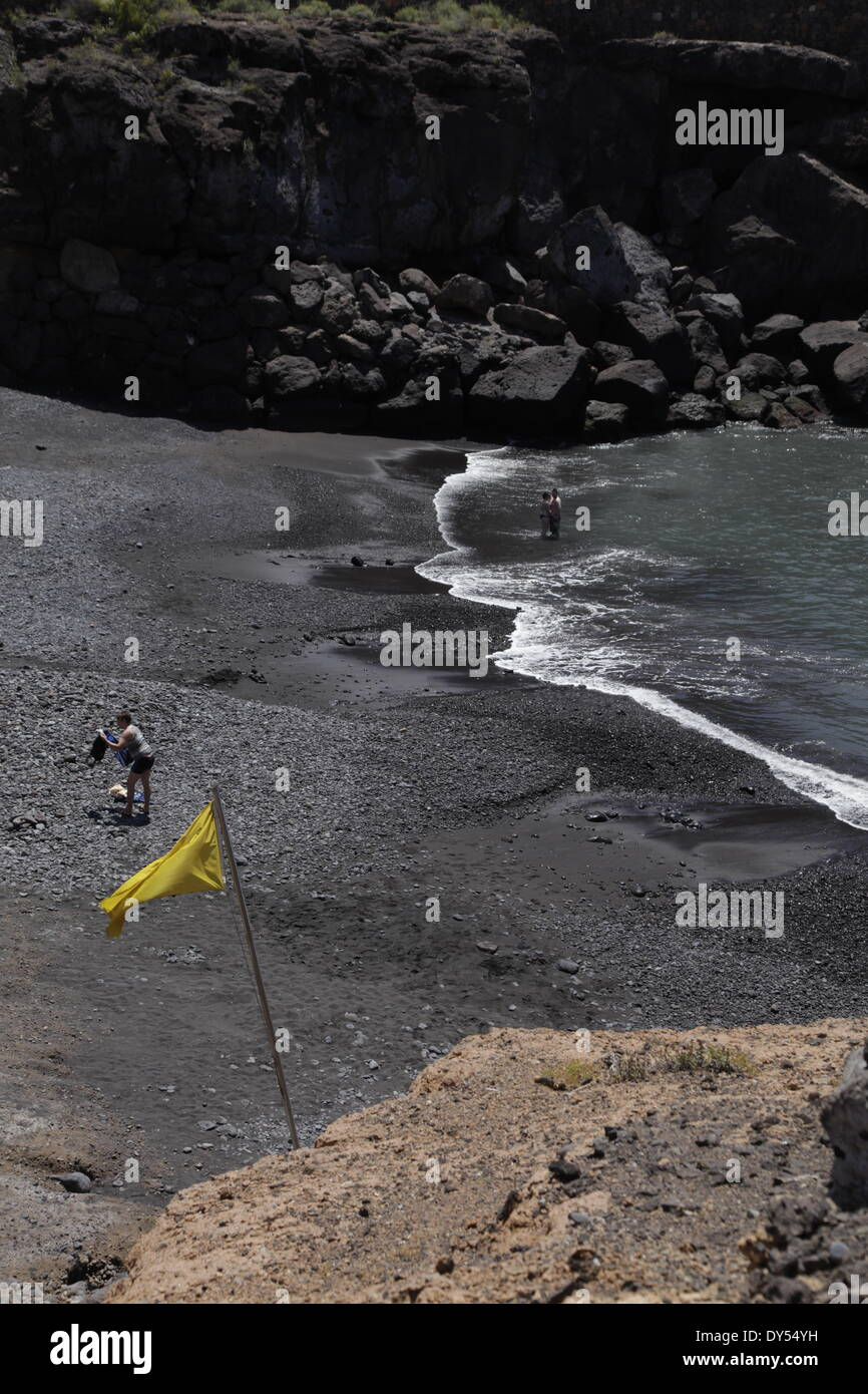 Tenereife. El 7 de abril, 2014. La playa donde dos mujeres británicas se ahogó en Playa Las galgas en Playa Paraíso, un resort en el sur de Tenerife. Las mujeres - Uma Ramalingam y Barathi Ruvikumar - entró en el mar para rescatar a sus dos hijos que se encuentran en dificultades. La playa que el accidente se produjo en las galgas se llama Playa, en el resort de Playa Paraiso Beach) en Adeje, Tenerife.La bandera amarilla, que advierte a los bañistas a ser cautelosos. Crédito: Phil crean/Alamy Live News Imagen De Stock
