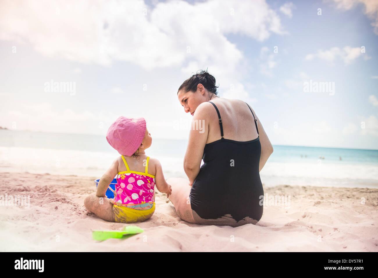 Madre e hija por la costa Imagen De Stock