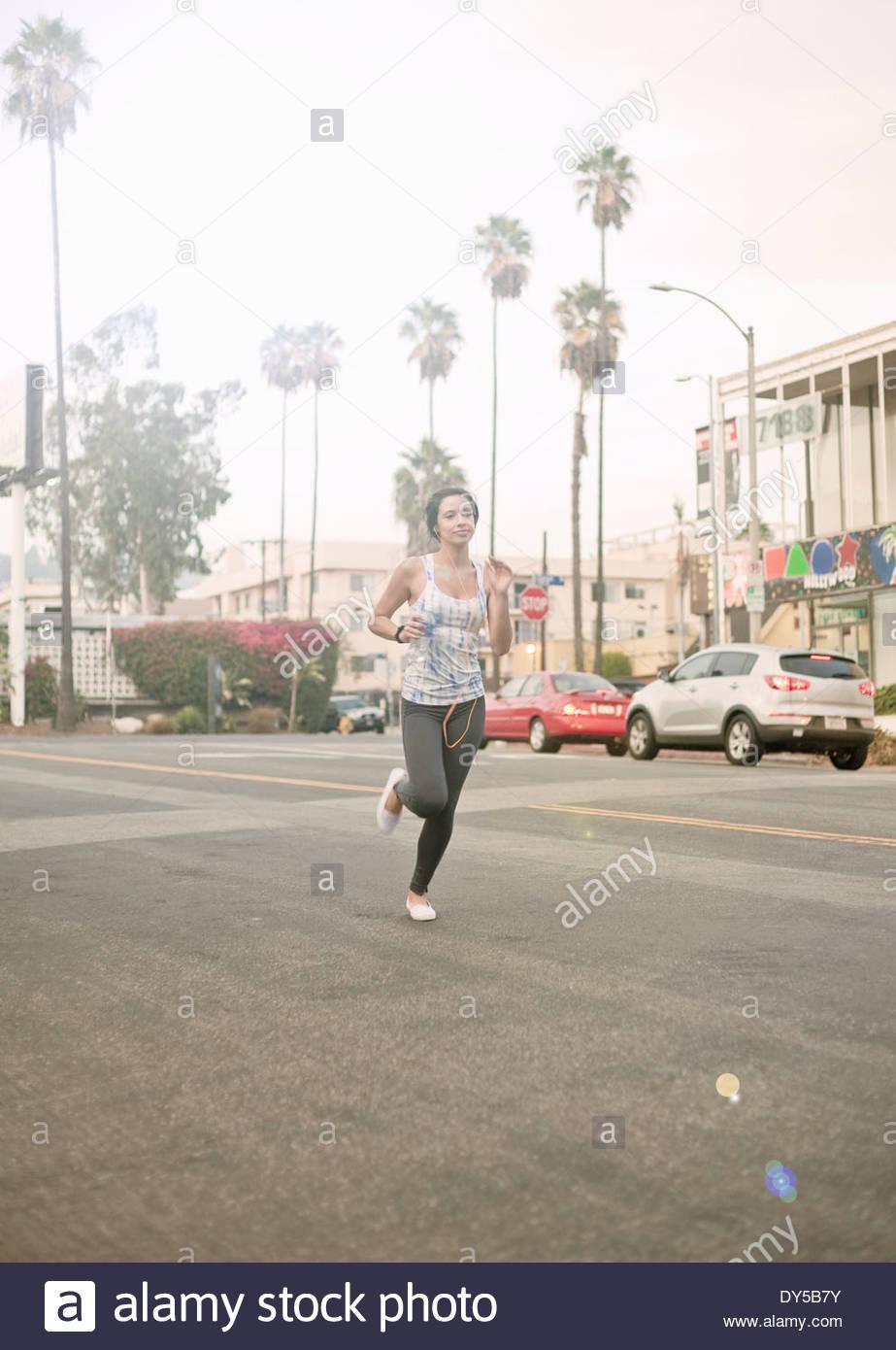 Joven Mujer atlética girando en la carretera Imagen De Stock