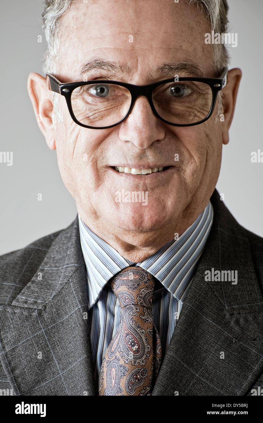 Retrato del hombre senior, vestido con traje y corbata Foto de stock