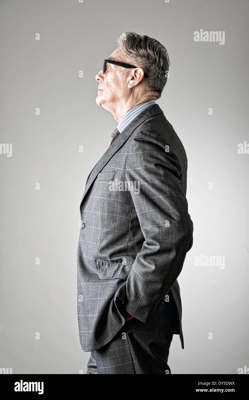 Retrato del hombre senior, vestido con traje, vista lateral Foto de stock