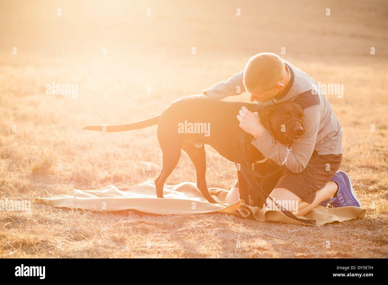 Perro abrazando hombre Imagen De Stock