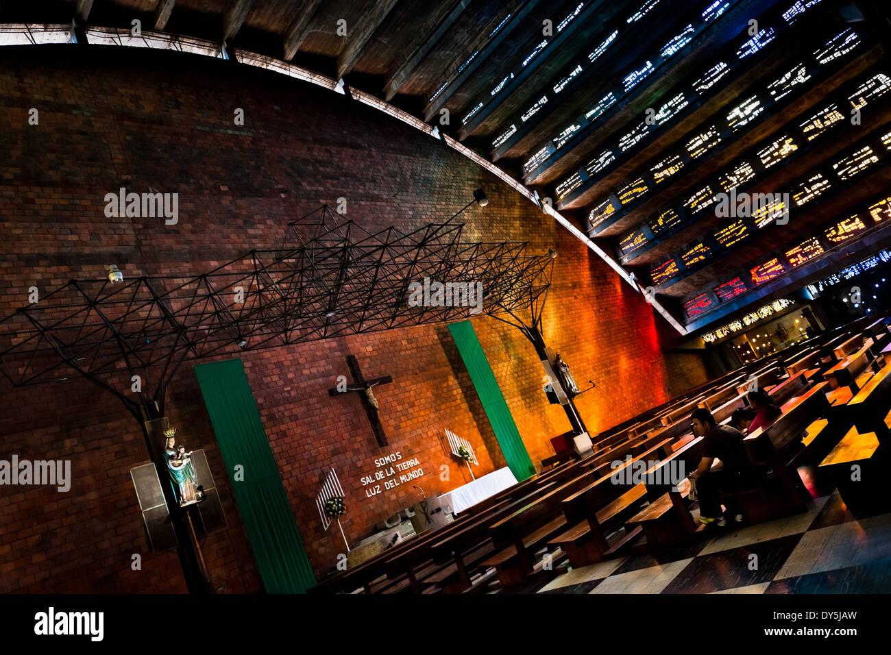 Colorida luz ambiente es visto en el interior de la iglesia de el rosario en el rosario iglesia en San Salvador, El Salvador. Imagen De Stock