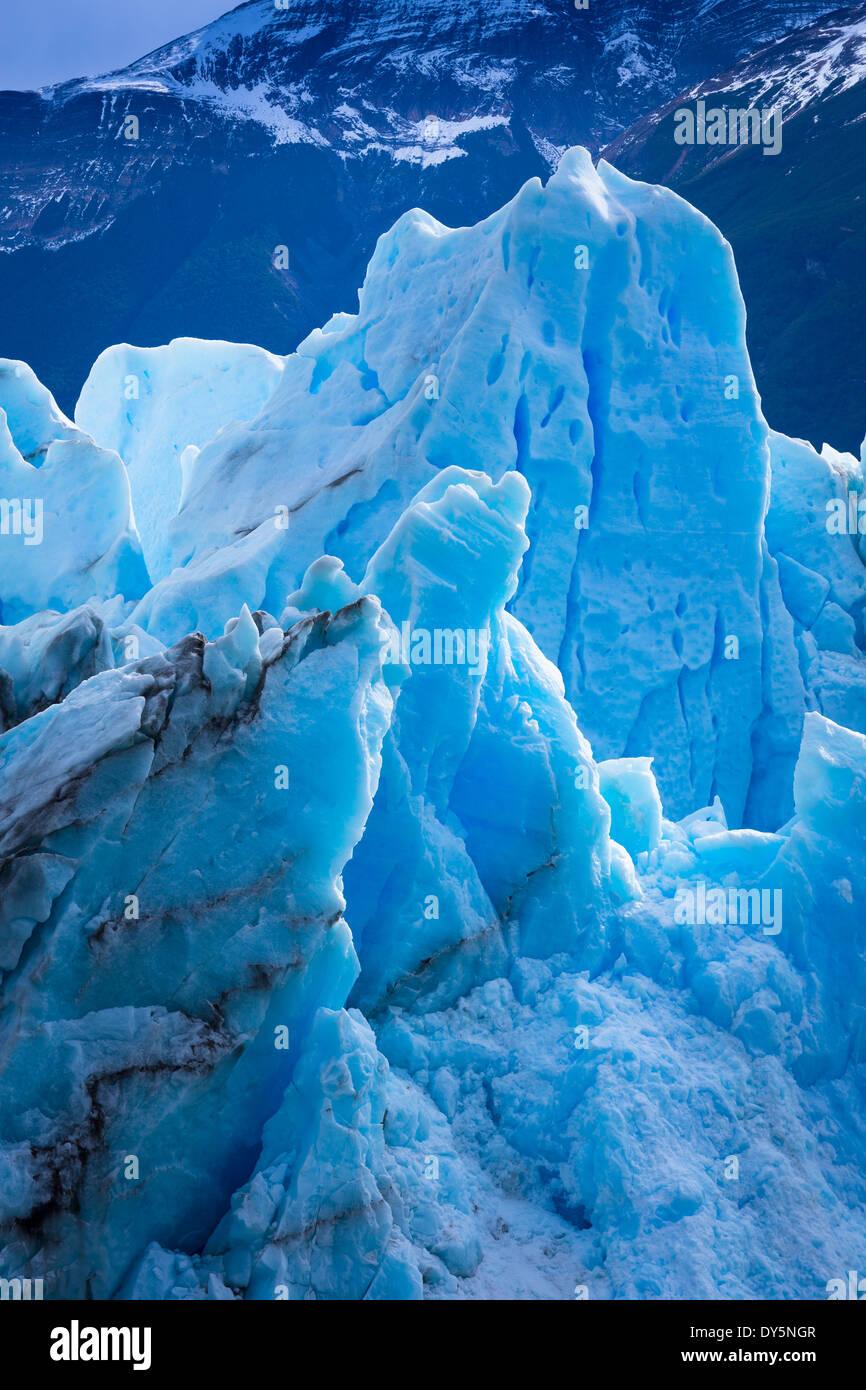 El Glaciar Perito Moreno es un glaciar ubicado en el Parque Nacional Los Glaciares, en el sudoeste de la provincia Foto de stock