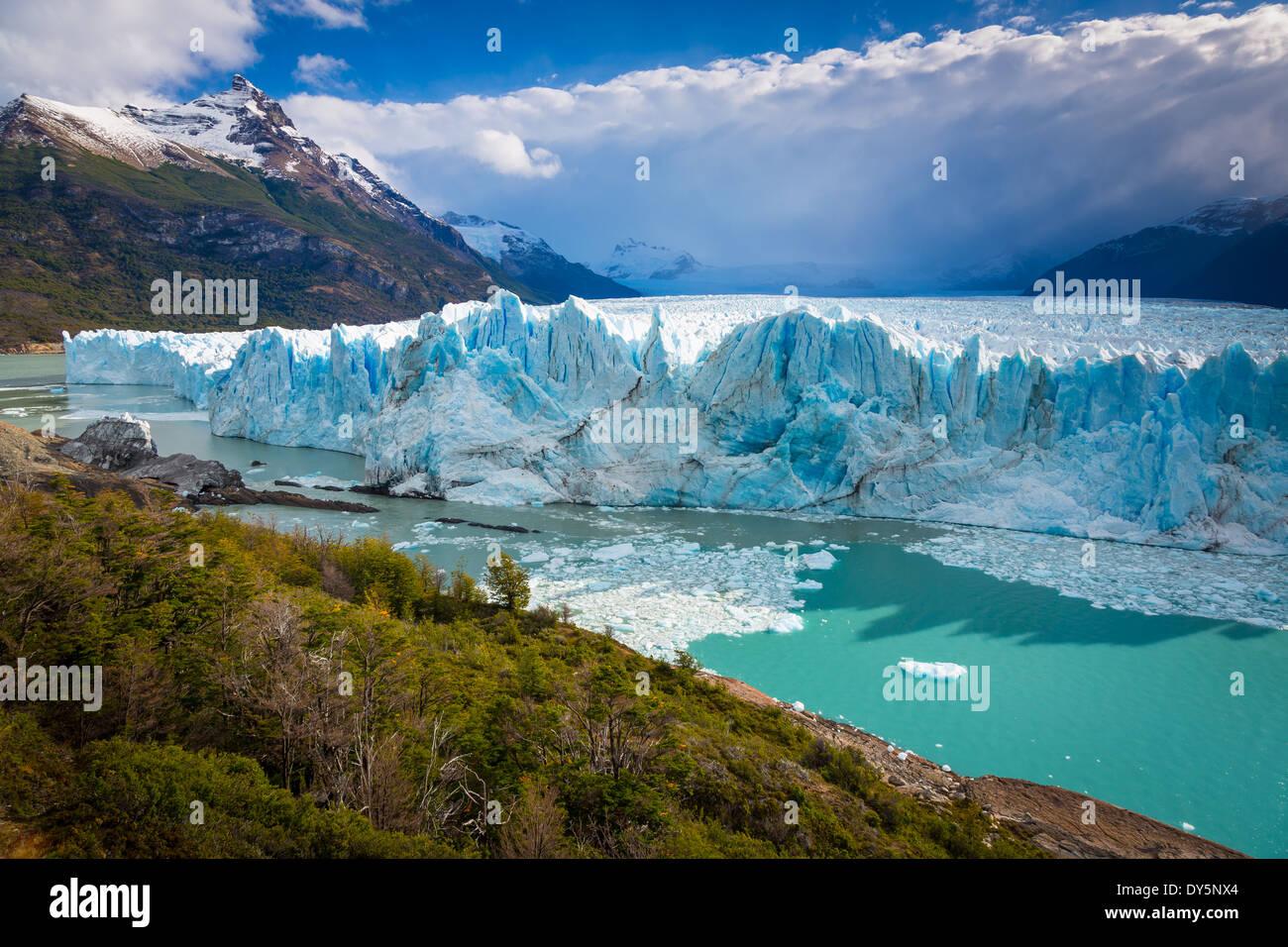 El Glaciar Perito Moreno es un glaciar ubicado en el Parque Nacional Los Glaciares, en el sudoeste de la provincia de Santa Cruz, Argentina. Imagen De Stock