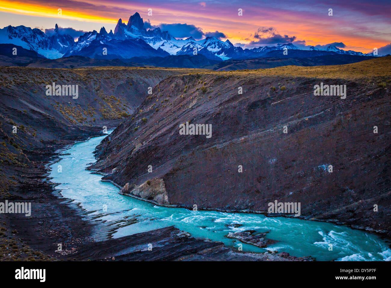Monte Fitz Roy es una montaña situada cerca de la localidad de El Chaltén, Patagonia, Argentina Imagen De Stock