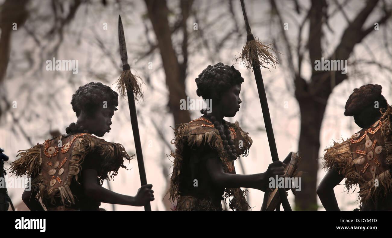 Silhouetts de tres niños con manchas negras se enfrenta, Ati Atihan Festival, Kalibo, Aklan, Visayas Occidental Región, Isla de Panay, Imagen De Stock