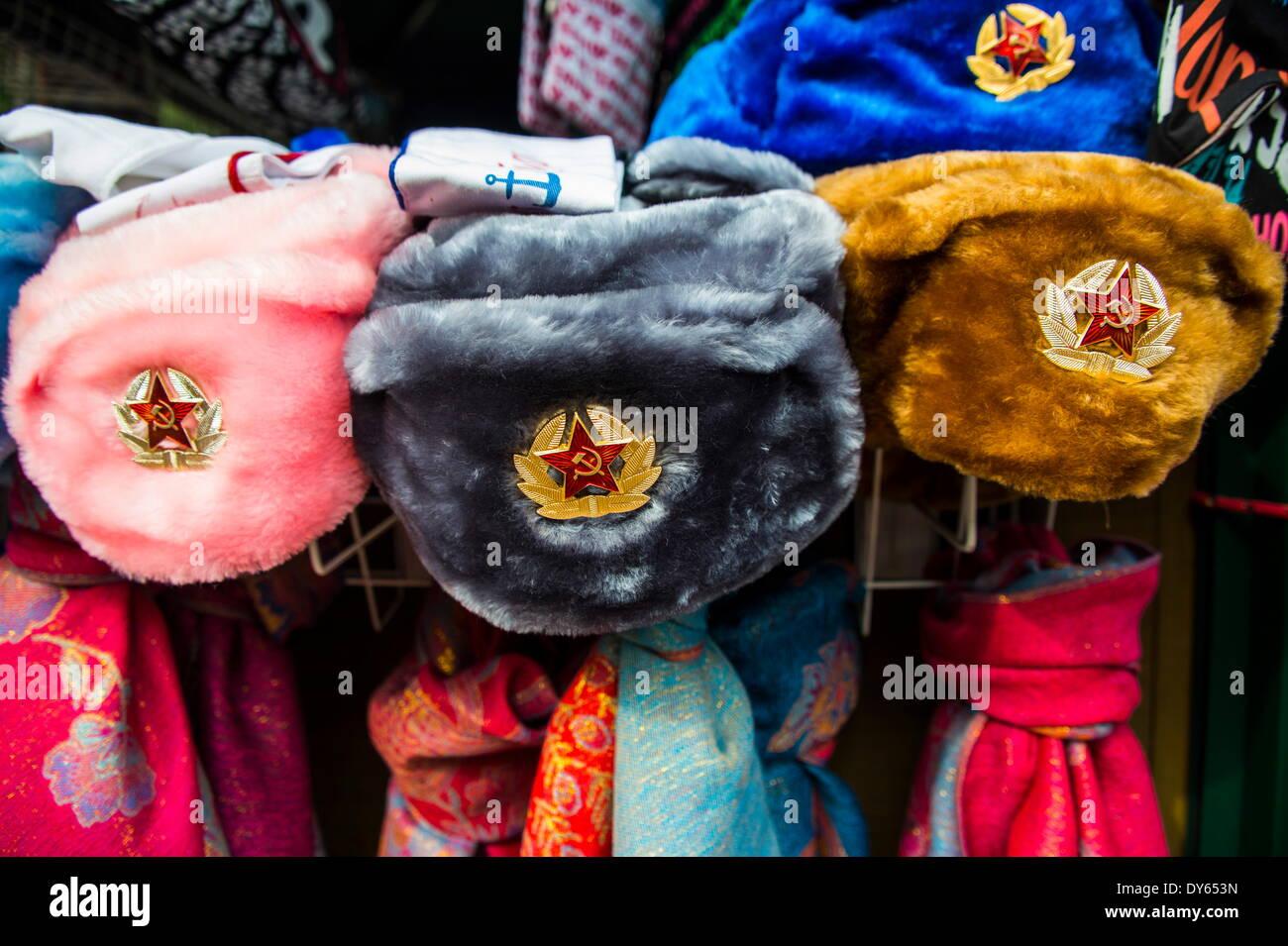Sombreros de piel soviético para la venta en Peterhof (Petrodvorets), San Petersburgo, Rusia, Europa Imagen De Stock