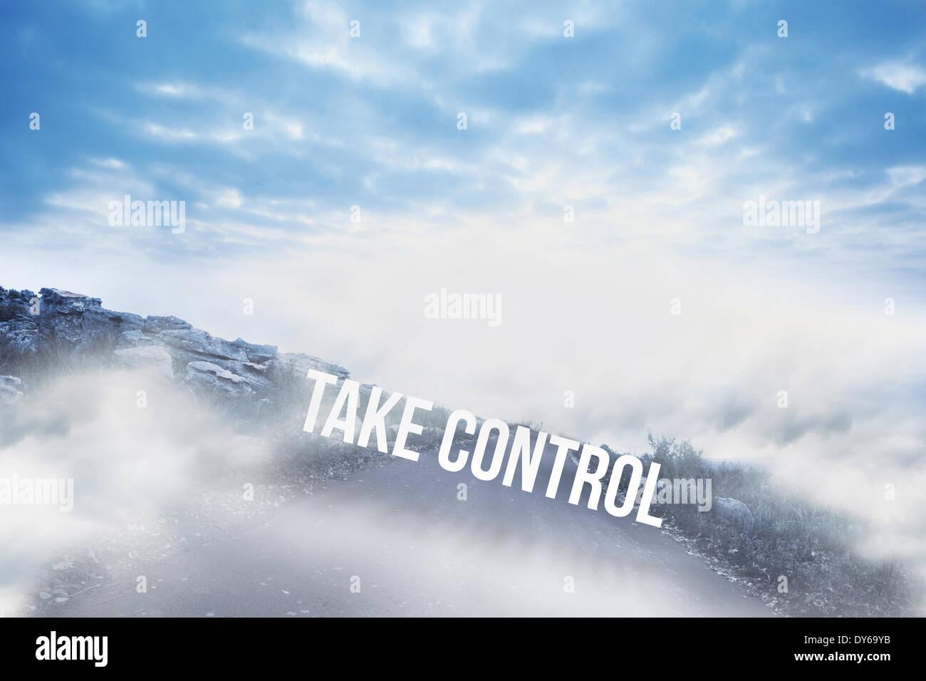 Tomar el control contra la carretera que conduce hasta el horizonte Imagen De Stock